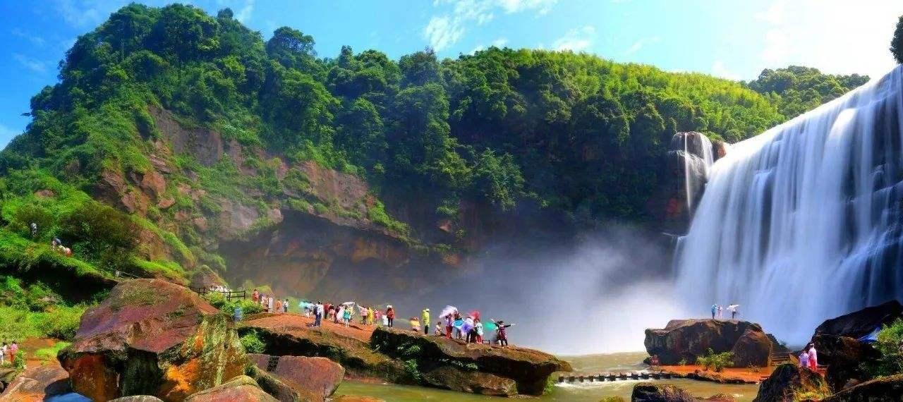 景区中最有名的当属其中的赤水大瀑布了,又名十丈洞瀑布,位于贵州省赤水市南部。瀑布悬挂在红色丹霞悬崖上,比黄果树瀑布还要高8米,因此来景区游玩,瀑布是必游的。 游客走过景区大门有一条岔路,一边是游客步行的路,另一边是电瓶车走的公路,可自行选择。步道的路上可以一路欣赏丹霞地貌,呼吸新鲜空气。走到底就是赤水大瀑布了,壮美的瀑布倾泻入潭水,溅起的水花晶莹剔透,发出的瀑布声轰鸣震耳,运气好的话在阳光下还能看到彩虹。攀上潭水中的巨石,就能近距离感受瀑布。